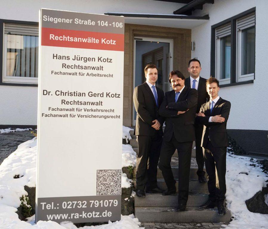 Kanzlei Kotz in Kreuztal - Die Rechtsanwälte vor Eingang