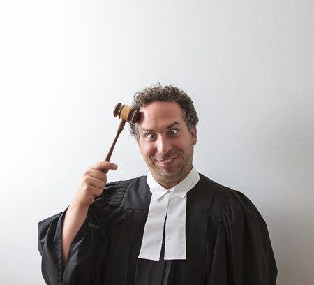 Juristenwitze - Richter mit Hammer