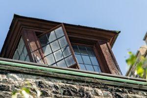 Sprung aus Fenster