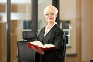 Beisitzende Richterin schreibt SMS während der Verhandlung – Befangenheit?