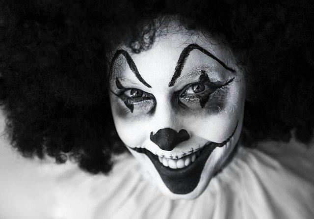 Clown-Maske in Hauptverhandlung - Angriff auf die Würde des Gerichts