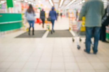 Verkehrssicherungspflicht eines Supermarktes gegen Rutschgefahr im Eingangsbereich auf Grund von witterungsbedingter Nässe
