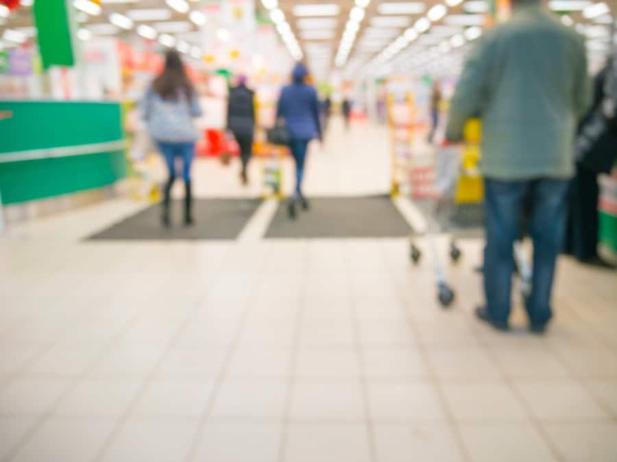 Rutschgefahr wegen Nässe im Eingangsbereich von Supermarkt
