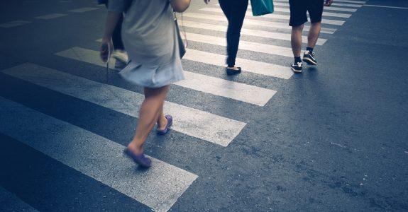 Beobachtungspflichten eines Fußgängers bei Überquerung eines Fußgängerüberwegs (Zebrastreifen)
