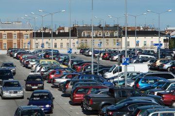Parkplatzunfall zwischen rückwärtsfahrenden Kfz und herannahenden Kfz