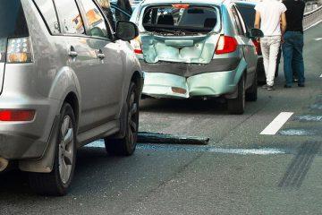 Verkehrsunfall: Auffahren auf ein langsam überholendes Fahrzeug auf der Autobahn
