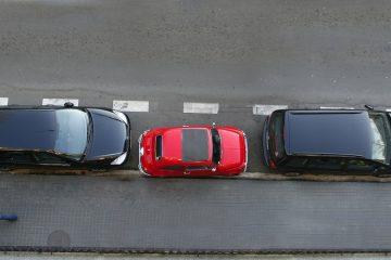 Eingeparkt – umliegende Fahrzeuge beim Wegschieben beschädigt – zahlt Kfz-Haftpflichtversicherung?