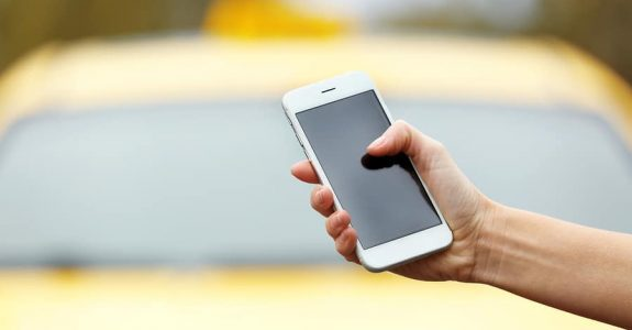 Mobilfunktelefon für Dritten aus Auto geholt und beschädigt - Haftung