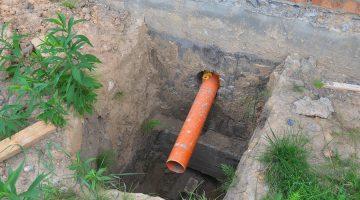 Entfallens einer durch eine Grunddienstbarkeit begründeten Duldungspflicht eines Abwasserrohrs