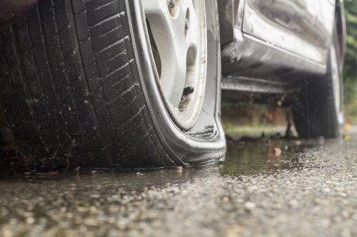Verkehrsunfall: Haftung bei sich lösendem Reifen und Überfahren des Reifens