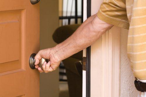 Mietwohnung - Schadensersatzpflicht des Mieters bei Beschädigung der Wohnungstür durch einen Gast