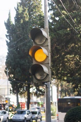 Verkehrsunfall: Abbremsen vor einer auf Gelb springenden Ampel