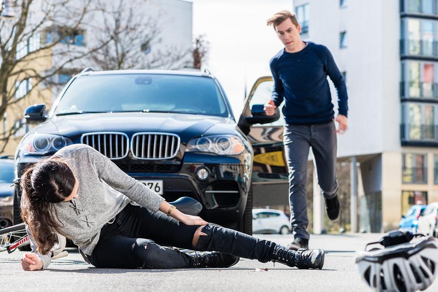 Verkehrsunfall: Schmerzensgeld für Rippenbruch, Prellungen und Schürfwunden als Unfallverletzung