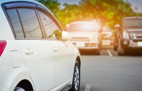 """Verkehrsunfall: Vorfahrtsregelung """"rechts vor links"""" auf öffentlichem Parkplatz"""