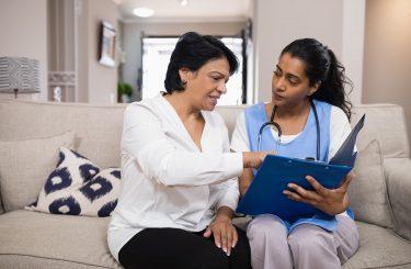 Einsicht eines Heimbewohners in die Pflegedokumentation