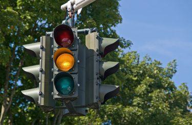Verkehrsunfall: Starkes Abbremsen vor einer auf Gelb springenden Ampel