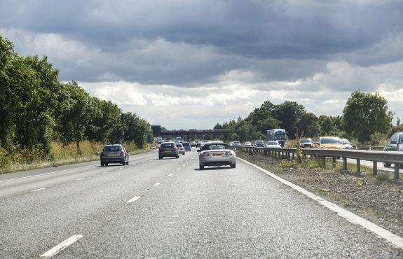 Geschwindigkeitsmessung durch nachfahrendes Polizeifahrzeug ohne geeichten Tachometer