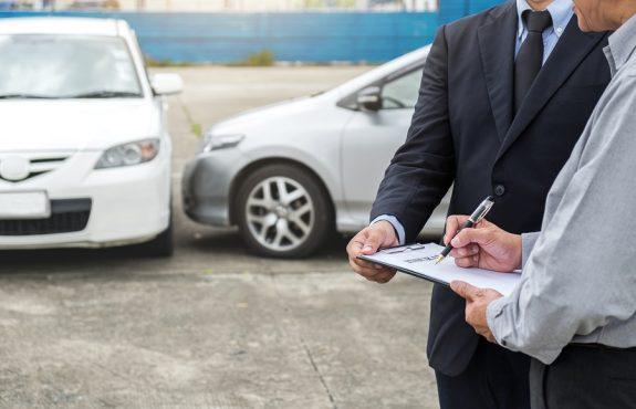 Verkehrsunfall: Haftungsverteilung bei Kollision eines Linksabbiegers mit einem Geradeausfahrer