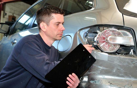 Verkehrsunfall: Ersatzfähigkeit der Sachverständigenkosten bei Honorarberechnung nach Schadenshöhe
