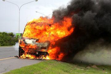 Kfz-Halterhaftung für Explosion eines abgestellten Fahrzeug aufgrund auslaufenden Benzins