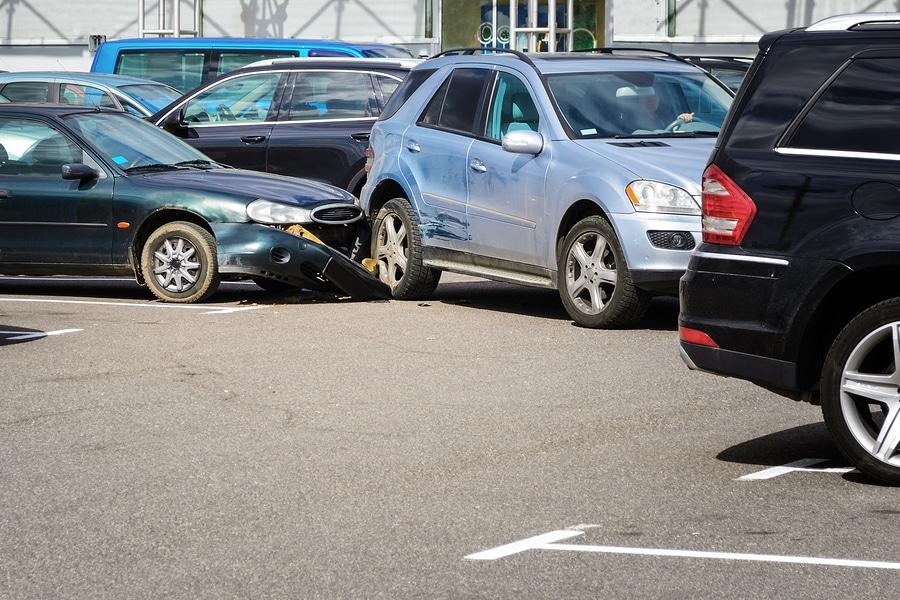 Verkehrsunfall zwischen ausfahrenden und einfahrenden Fahrzeugen in Parkbucht
