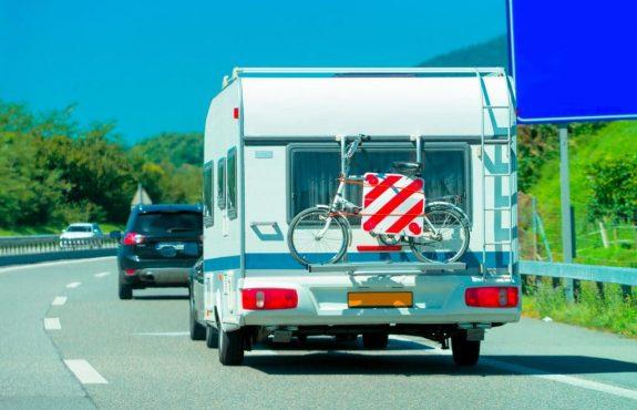 Geschwindigkeit bei Annäherung an ein Wohnwagengespann auf der BAB