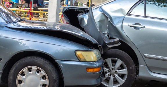 Kollision eines bei unklarer Verkehrslage überholenden Fahrzeugs mit einem Spurwechsler