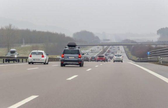 Nötigung durch Blockieren der Überholspur einer Autobahn