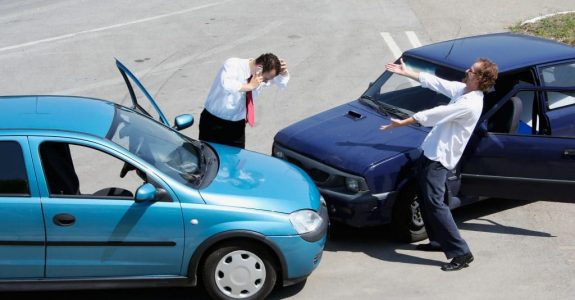 Haftungsverteilung bei Kreuzungsunfall nach Einbiegen in eine Vorfahrtstraße