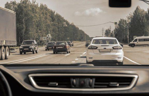 Verkehrsunfall: Einscheren nach Überholvorgang ohne Einhaltung des erforderlichen Sicherheitsabstandes