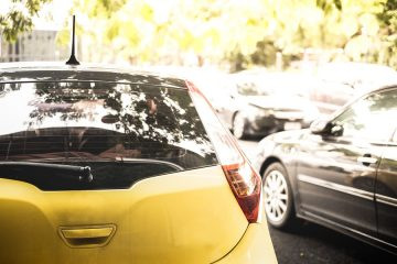 Verkehrsunfall: Kollision zwischen ausparkenden Fahrzeug und Falschparker