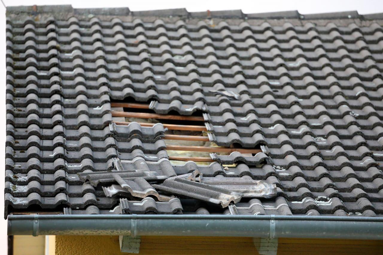 Verkehrssicherungspflicht Hauseigentümer - Ablösung einer Dachziegel bei Sturm