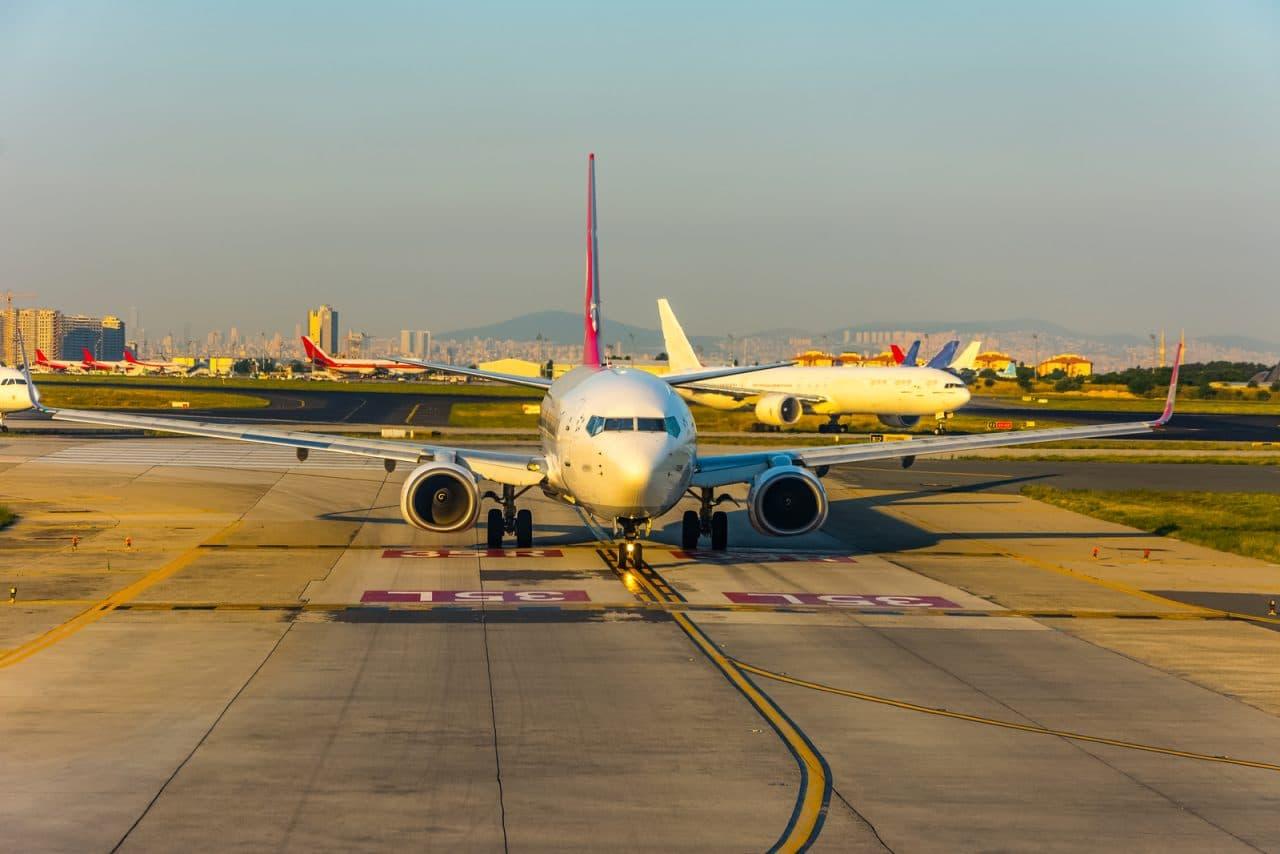 Flugannullierung - Kollision zweier Flugzeuge auf dem Weg zur Start- und Landebahn