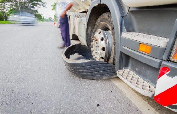 Verkehrsunfall - Haftung für gelösten Fahrzeugreifen