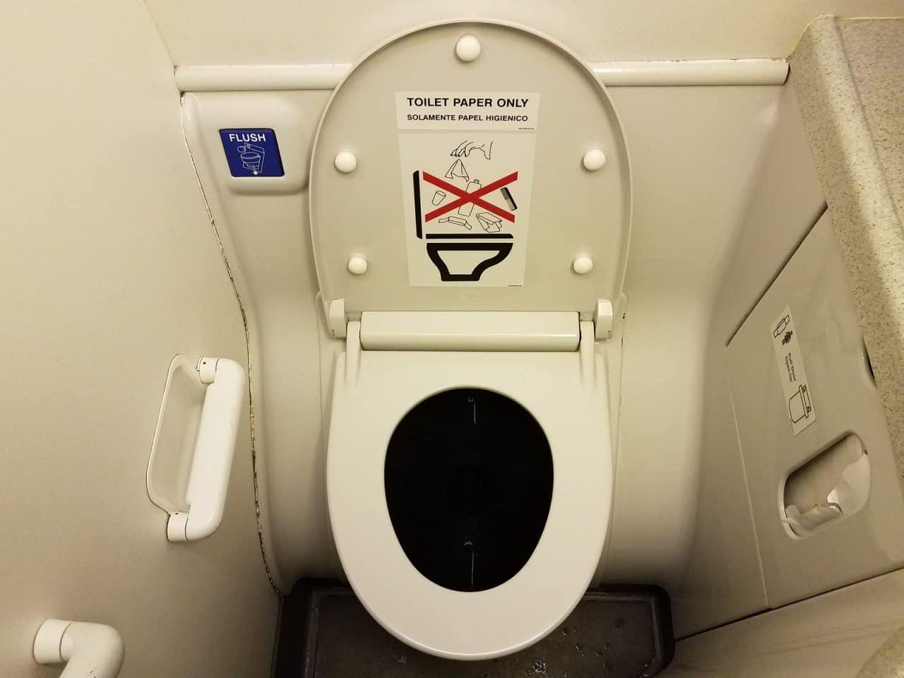 Flugverspätung wegen Verstopfung der Flugzeugtoiletten