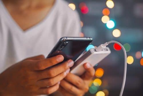 Elektronisches Gerät – Mobilfunktelefon mit Ladekabel und Powerbank?