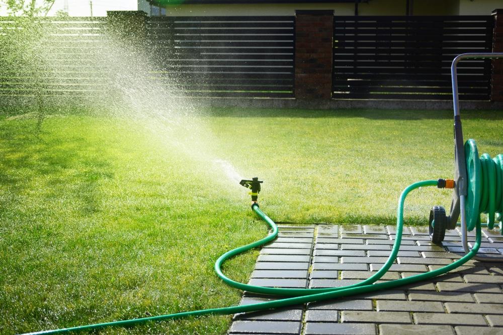 Wasserablaufveränderung des Niederschlagswassers durch Nachbarn - Beseitigungsanspruch
