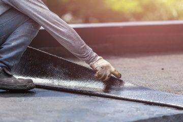 Betonsockel des Nachbarn für eine Dachterrasse an der Grundstücksgrenze – Beseitigungsanspruch?