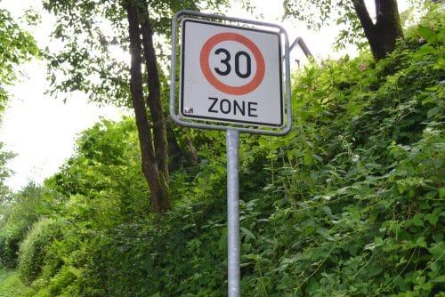 Übersehen Tempo-30-Schild - Augenblicksversagen Regelfahrverbot
