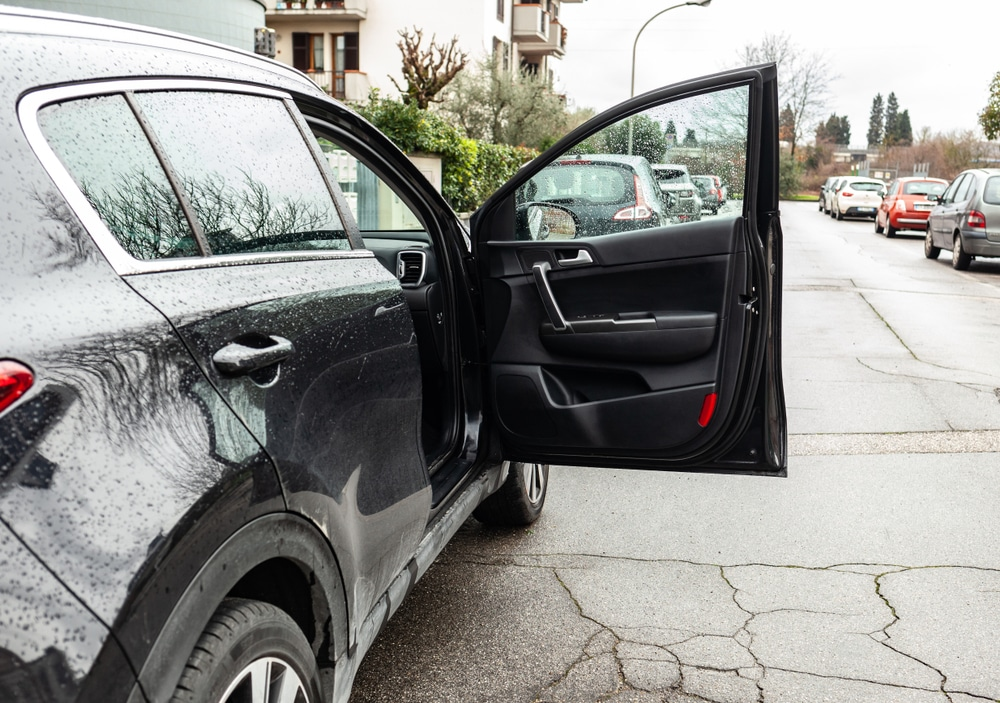 Verkehrsunfall - Öffnen einer Fahrzeugtür auf einem Parkplatz