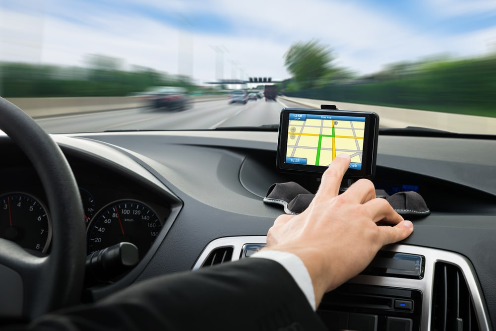 Navigationsgerät während der Fahrt bedient und Unfall verursacht