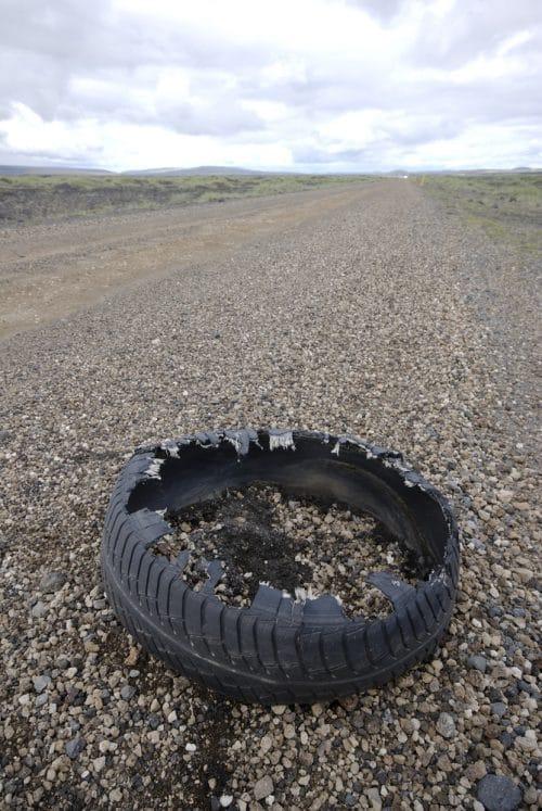 Verkehrsunfall -  Haftung bei lösendem Reifen und Überfahren des Reifens durch nachfolgende Fahrzeuge