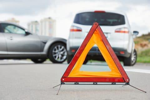 Verkehrsunfall - Mitverschulden bei riskanter Aufstellung eines Warndreiecks