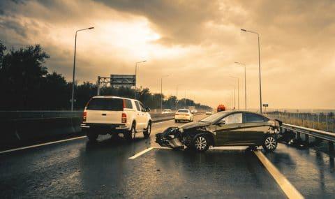 Verkehrsunfall auf Autobahn mit liegen gebliebenem Kraftfahrzeug