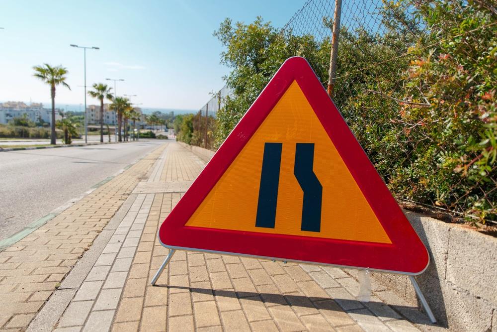 Verkehrsunfall - Kollision im Begegnungsverkehr an Engstelle