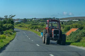Verkehrsunfall durch einen von einem Traktor auf die Straße geschleuderten Stein – Haftung