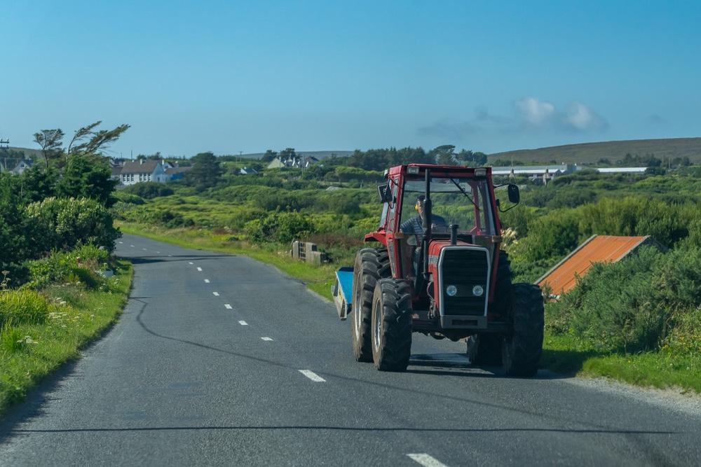 Verkehrsunfall durch einen von einem Traktor auf die Straße geschleuderten Stein - Haftung
