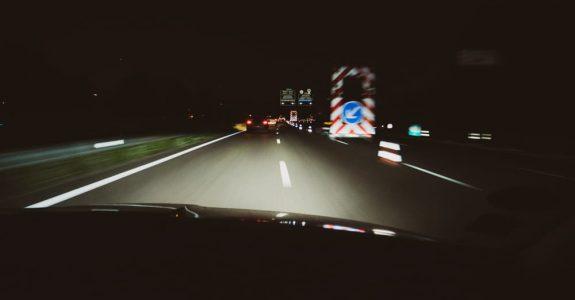 Verkehrsunfall -mit unbeleuchtet am Straßenrand stehenden Pkw mit Anhänger