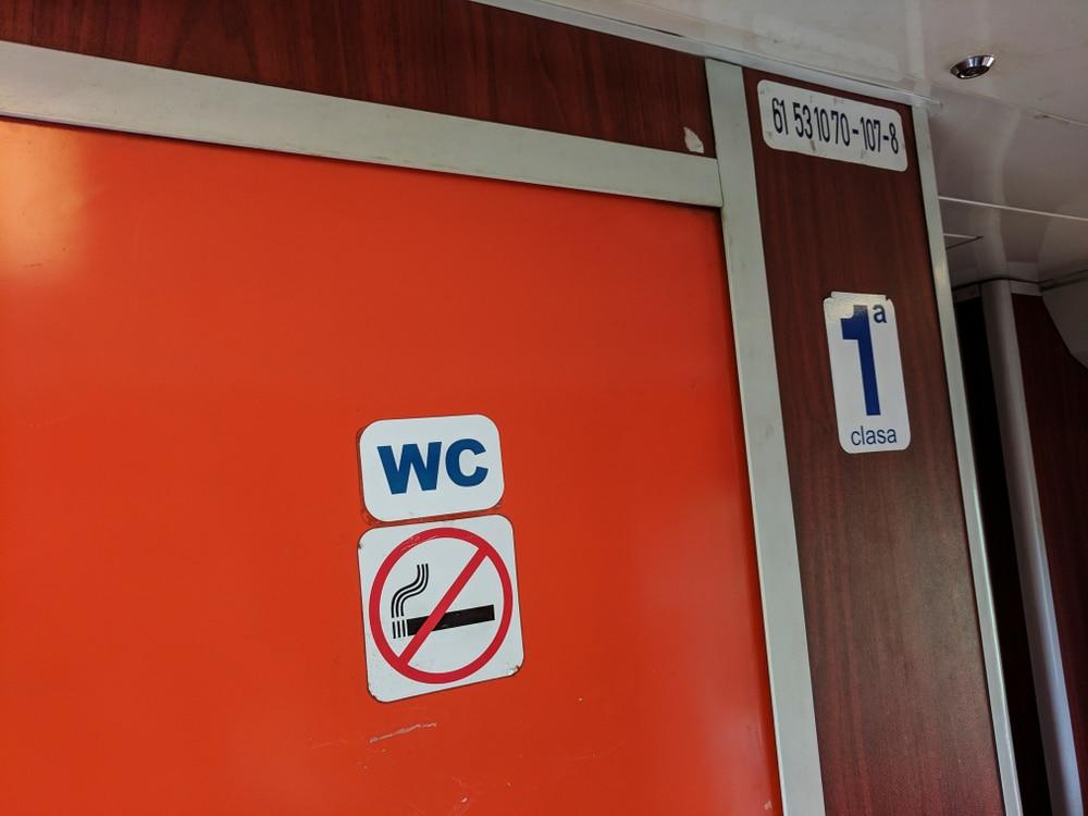 Quälender Harndrang wegen nicht funktionsfähiger Toilette in Regionalbahn - Schadensersatz