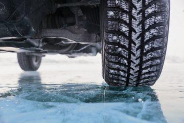 Verkehrssicherungspflicht bei Tauwetter – Aussteigen aus Pkw auf einer Glatteisfläche